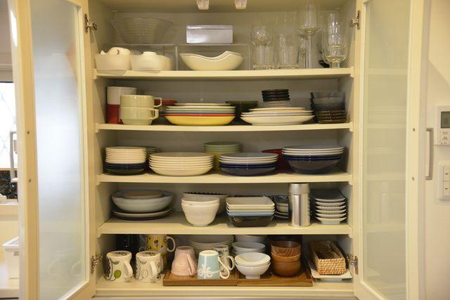 食器 棚 収納 方法 食器棚の収納方法まとめ!使いやすいアイデア満載でノンストレスなキ...